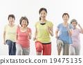 做健身的精力充沛的資深婦女 19475135
