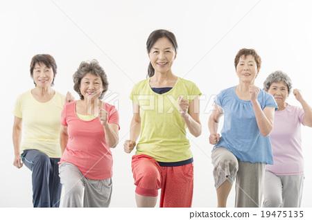 피트니스을하는 건강한 노인 여성 19475135