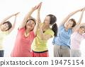 做健身的精力充沛的資深婦女 19475154