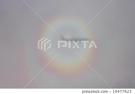 구름에 비친 비행기의 그림자 주위에 출현 한 브로켄 현상의 무지개 19477623