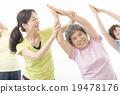 做健身的精力充沛的資深婦女 19478176