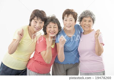 做健身的精力充沛的資深婦女 19478260