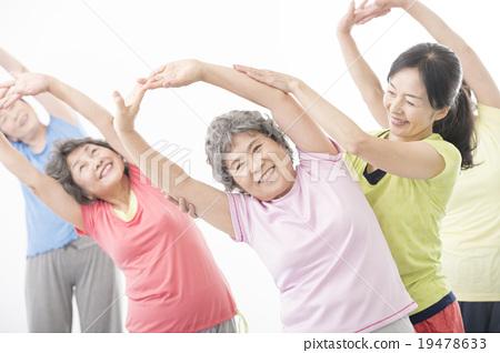 做健身的精力充沛的資深婦女 19478633