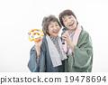 温泉浴衣的两名资深妇女 19478694