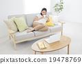 操作有沙發的一個少婦一台計算機 19478769