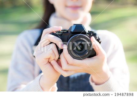 照相機 成熟的女人 一個年輕成年女性 19487898