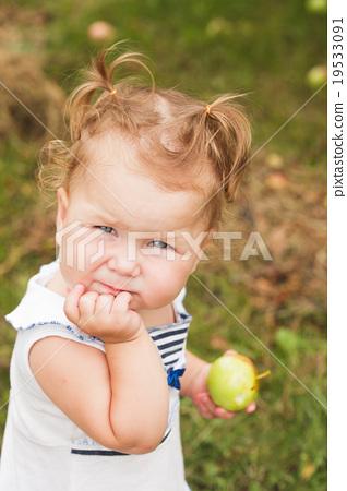 Baby girl under the apple tree 19533091