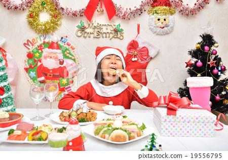 치킨을 먹고 산타 클로스 의상 소녀 19556795