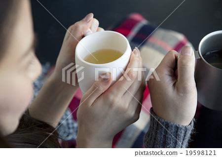 Hand drinking tea 19598121