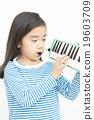 女孩 演奏 年輕的女孩 19603709