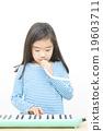 女孩 演奏 年輕的女孩 19603711