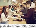在时尚的餐厅享用晚餐 19652666