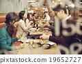 在时尚的餐厅享用晚餐 19652727