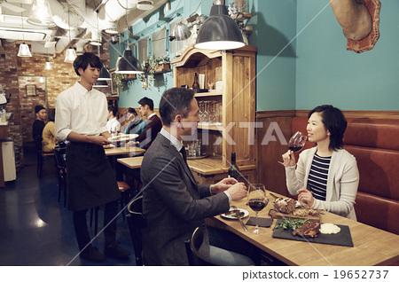 在时尚的餐厅享用晚餐 19652737