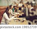在时尚的餐厅享用晚餐 19652739