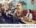 在时尚的餐厅享用晚餐 19652772