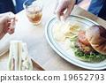 一個人在咖啡館吃午飯 19652793