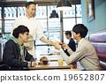 一個人在咖啡館吃午飯 19652807