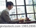 一個人在咖啡館吃午飯 19652896