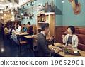 在时尚的餐厅享用晚餐 19652901