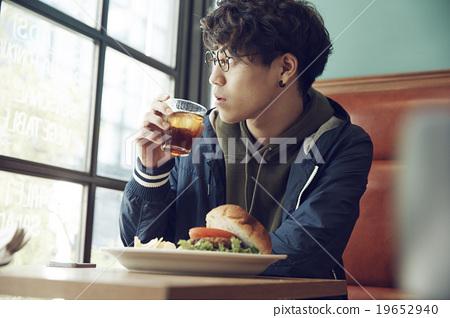一個人在咖啡館吃午飯 19652940