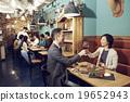在时尚的餐厅享用晚餐 19652943