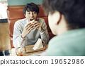 一個人在咖啡館吃午飯 19652986