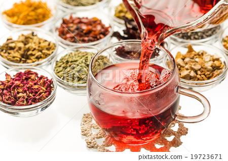 美麗的涼茶五顏六色的草本茶 19723671