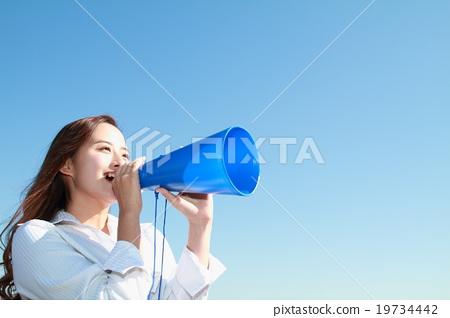 푸른 하늘을 배경으로 메가폰을 응원하는 긴 머리 예쁜 젊은 여자 19734442