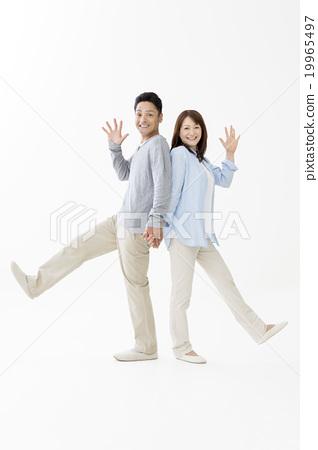 一对夫妇背靠背站着 19965497