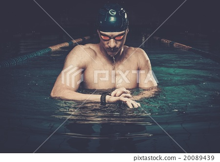 Swimmer with heart rate monitor in swimming pool 20089439