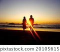 觀看日落的兩個人漂浮在海 20105615