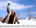 ภูมิทัศน์ที่เต็มไปด้วยหิมะและผู้หญิงตรงกลางที่ทันสมัย 20155143