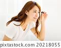 young beautiful Applying mascara in bedroom 20218055