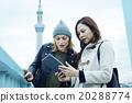 享受與一個海外朋友的婦女在遊樂園 20288774