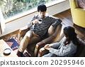 男性和女性放松在沙发上 20295946