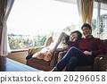 男性和女性放松在沙发上 20296058