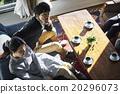 男性和女性放松在沙发上 20296073