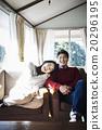 男性和女性放松在沙发上 20296195