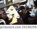 男性和女性放松在沙发上 20296206