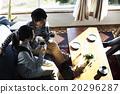 男性和女性放松在沙发上 20296287