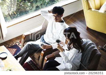 男性和女性放松在沙发上 20296351