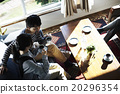 男性和女性放松在沙发上 20296354
