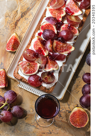 Tart with Grapes and Figs 20340395