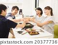 敬酒四個年輕人和婦女,當吃yakiniku時 20377736