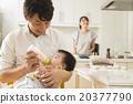 一個年輕的父親,讓嬰兒喝牛奶 20377790
