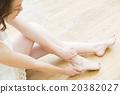 인물 다리 마사지를하는 젊은 여성 인물 20382027