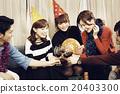 享受家庭聚會的男人和女人 20403300
