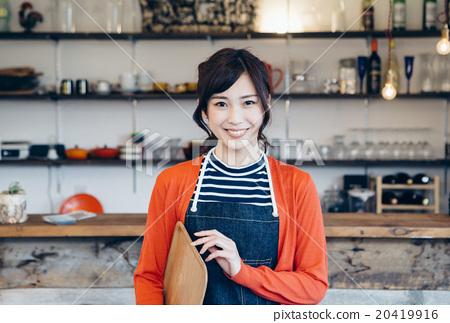 在一家咖啡館工作的婦女 20419916