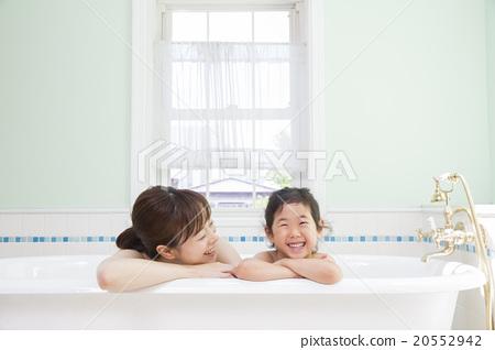 一個女孩和一位母親洗澡 20552942